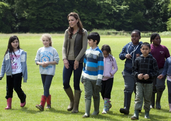 Kate_Middleton_s_Woodland_Wardobe-_Zara_Jeans__Burberry_Shirt_and_Le_Chameau_Boots_