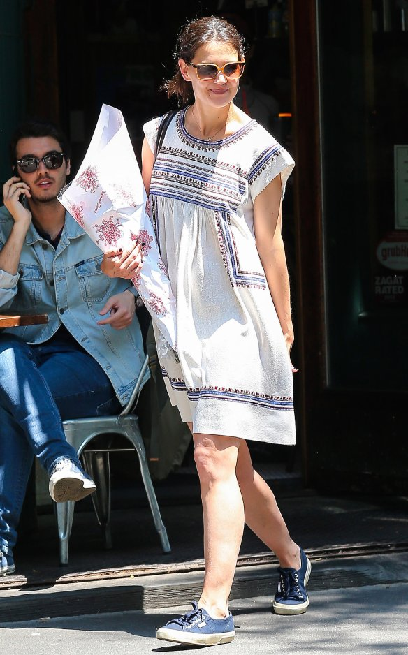 Katie-Holmes-enjoyed-sunny-day-out-NYC-wearing-printed-dress